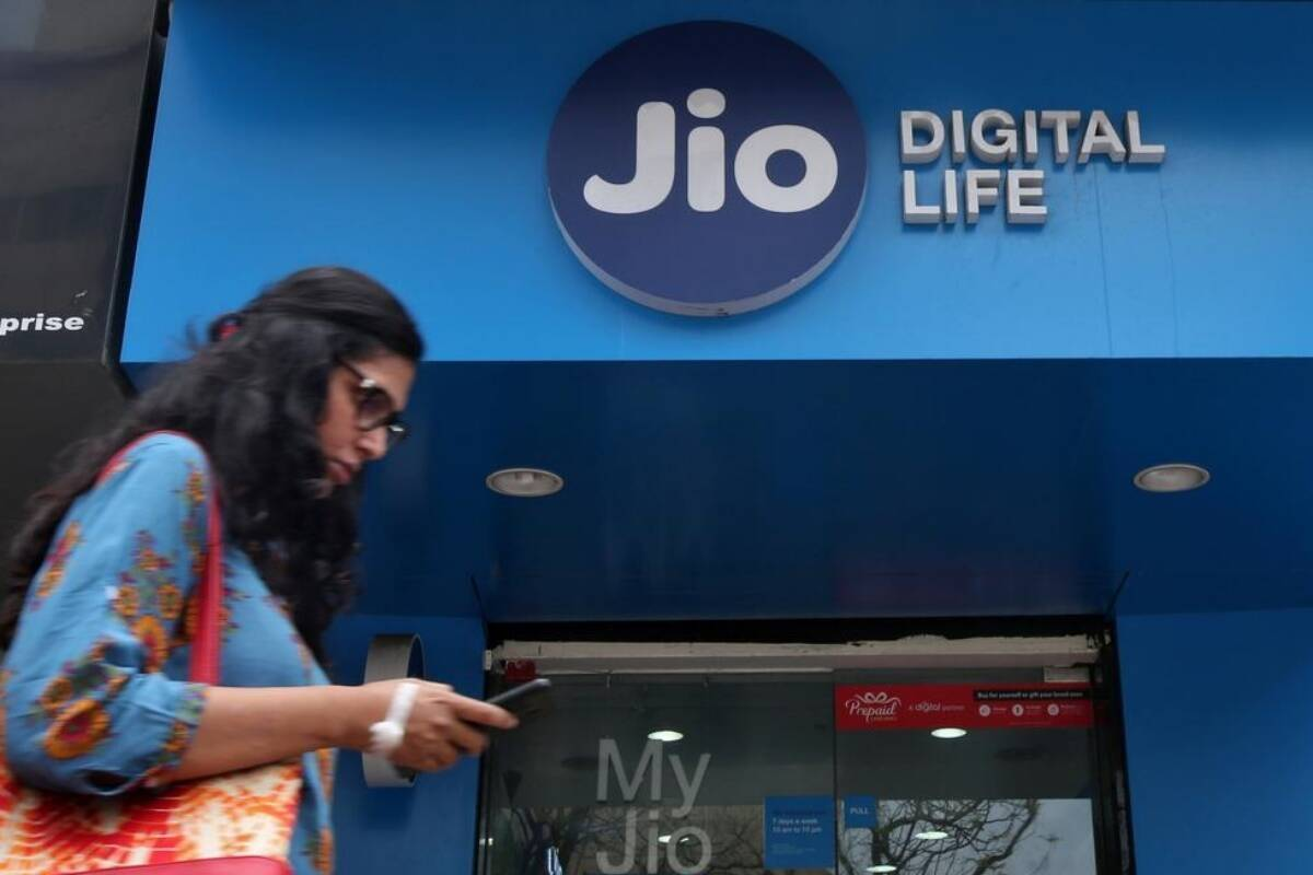 Jio tops chart in subscriber race with maximum users in April