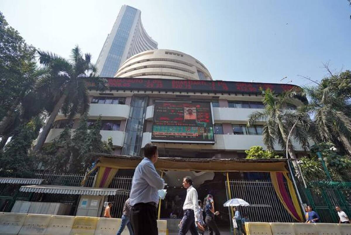 Sensex rises 300 pts from day's low, Nifty ends at 15,853; here's what experts make of today's trade